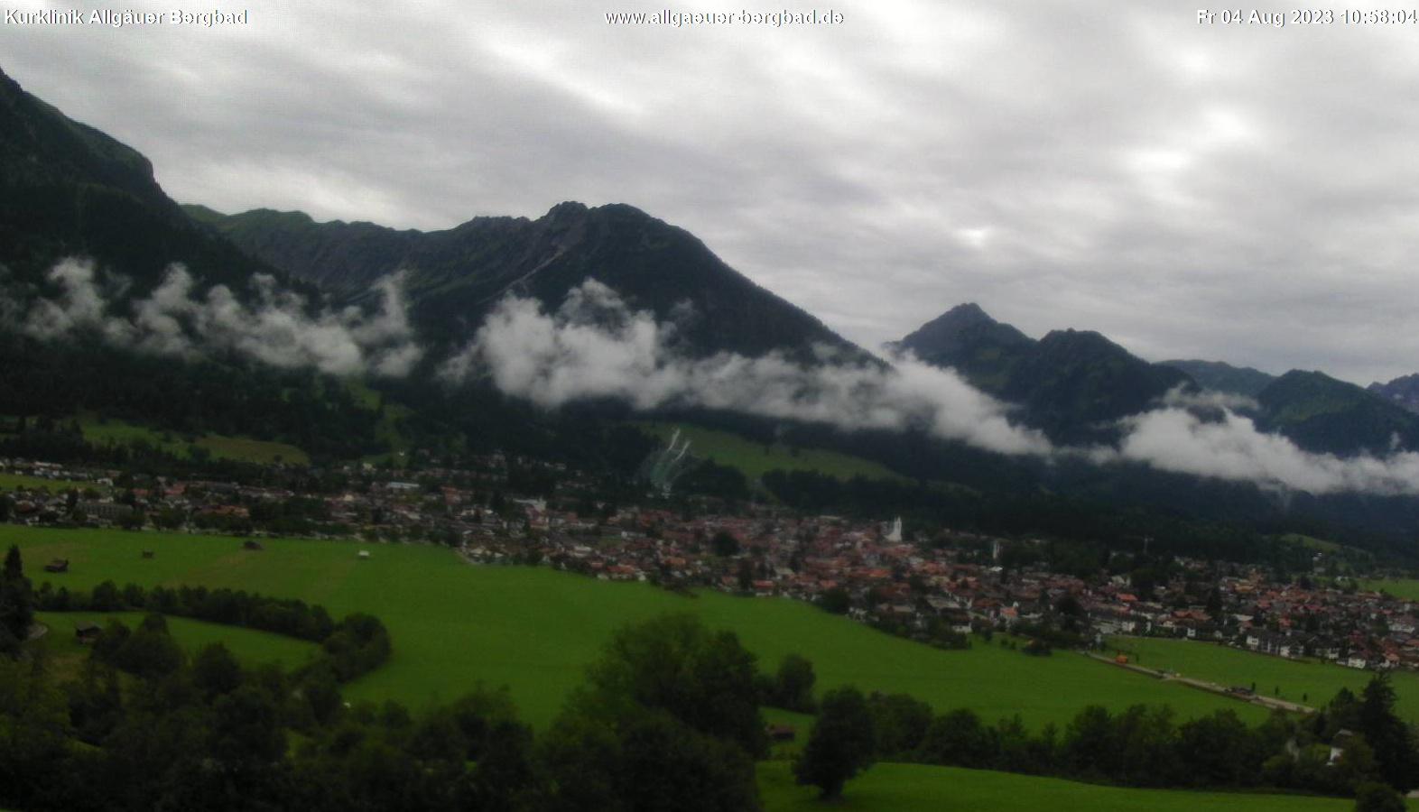 Schauen Sie sich das aktuelle Bild aus unserer Webcam mit Blick auf das Allgäuer Bergpanorama von Oberstdorf an. Das Bild der Webcam wird alle 5 Minuten aktualisiert.